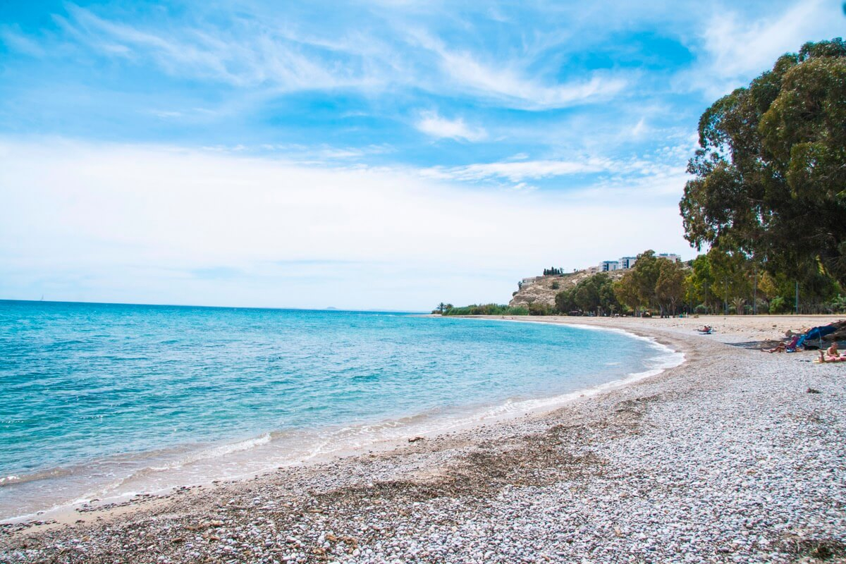 Playa de El Torres ubicada en Villajoyosa con agua cristalina