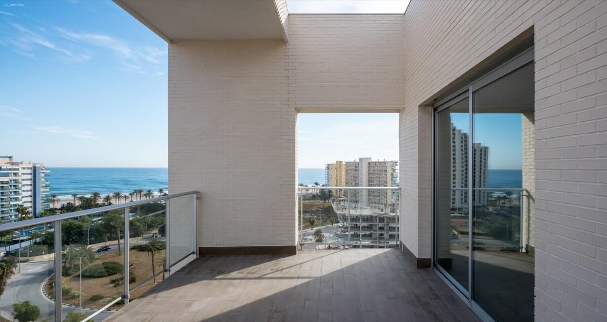 Fotografía terraza Residencial Ítaca con vistas hacia la Playa de San Juan