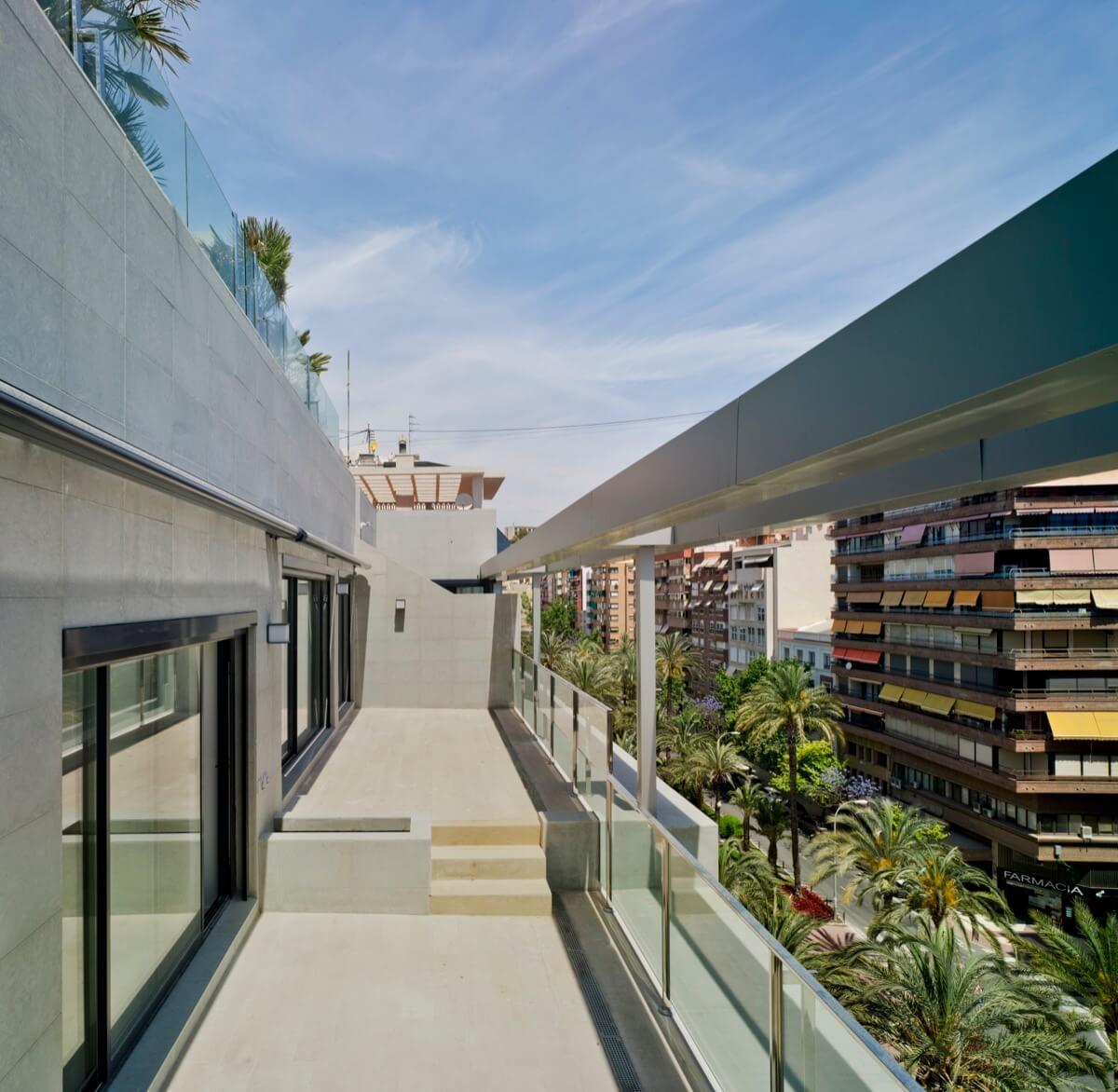 Fotografía de la terraza del ático del Edificio General Marvá 3 con vistas a la avenida de Luceros, Alicante