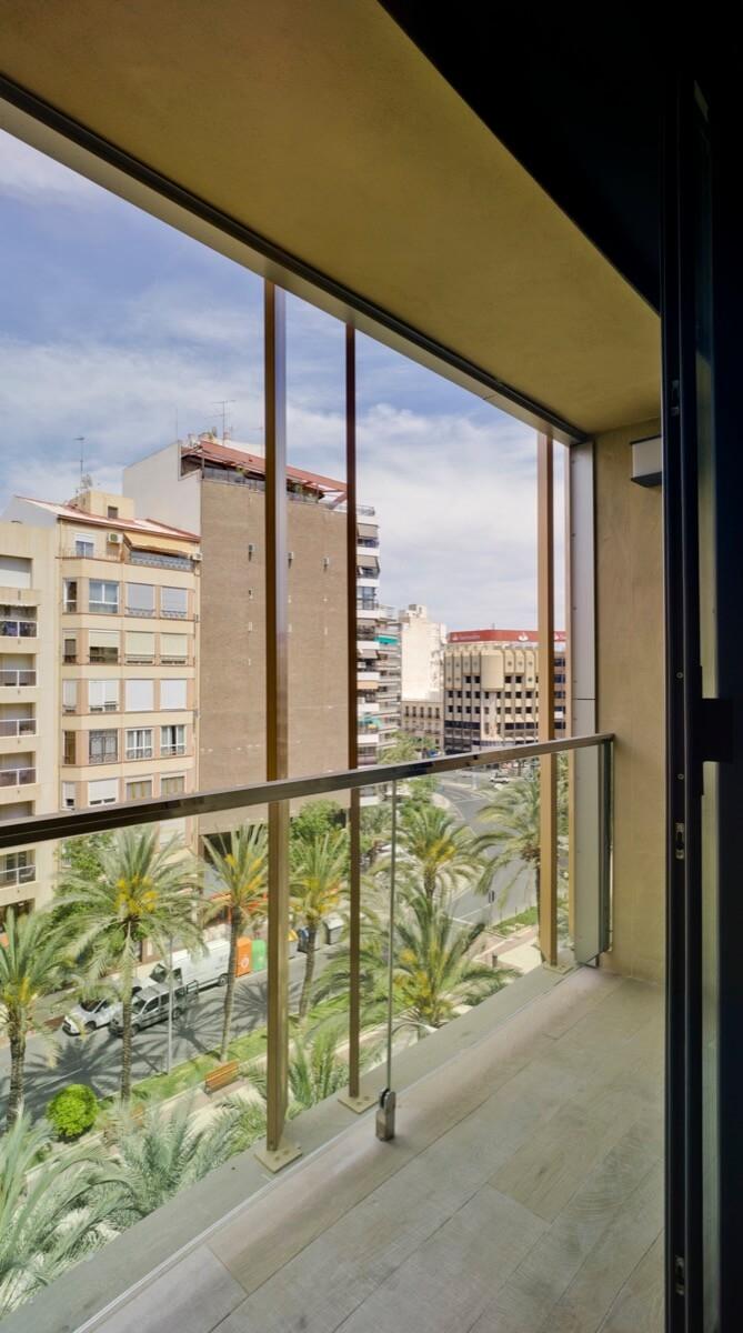 Fotografía desde interior de vivienda con vistas a la plaza de Luceros, Alicante