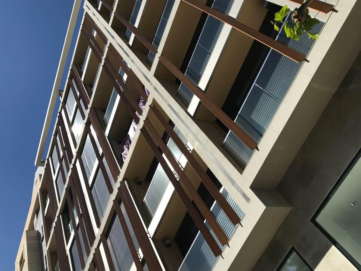 Fotografía contrapicada de la fachada del Residencial Marvá 3