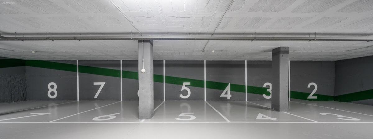 Fotografía frontal interior de las plazas de garaje del Edificio Pintor Lorenzo Casanova.