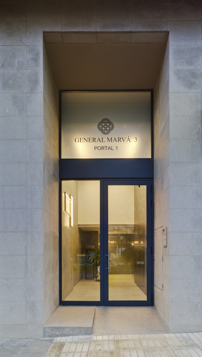 Fotografía frontal del portal del Edificio General Marvá 3