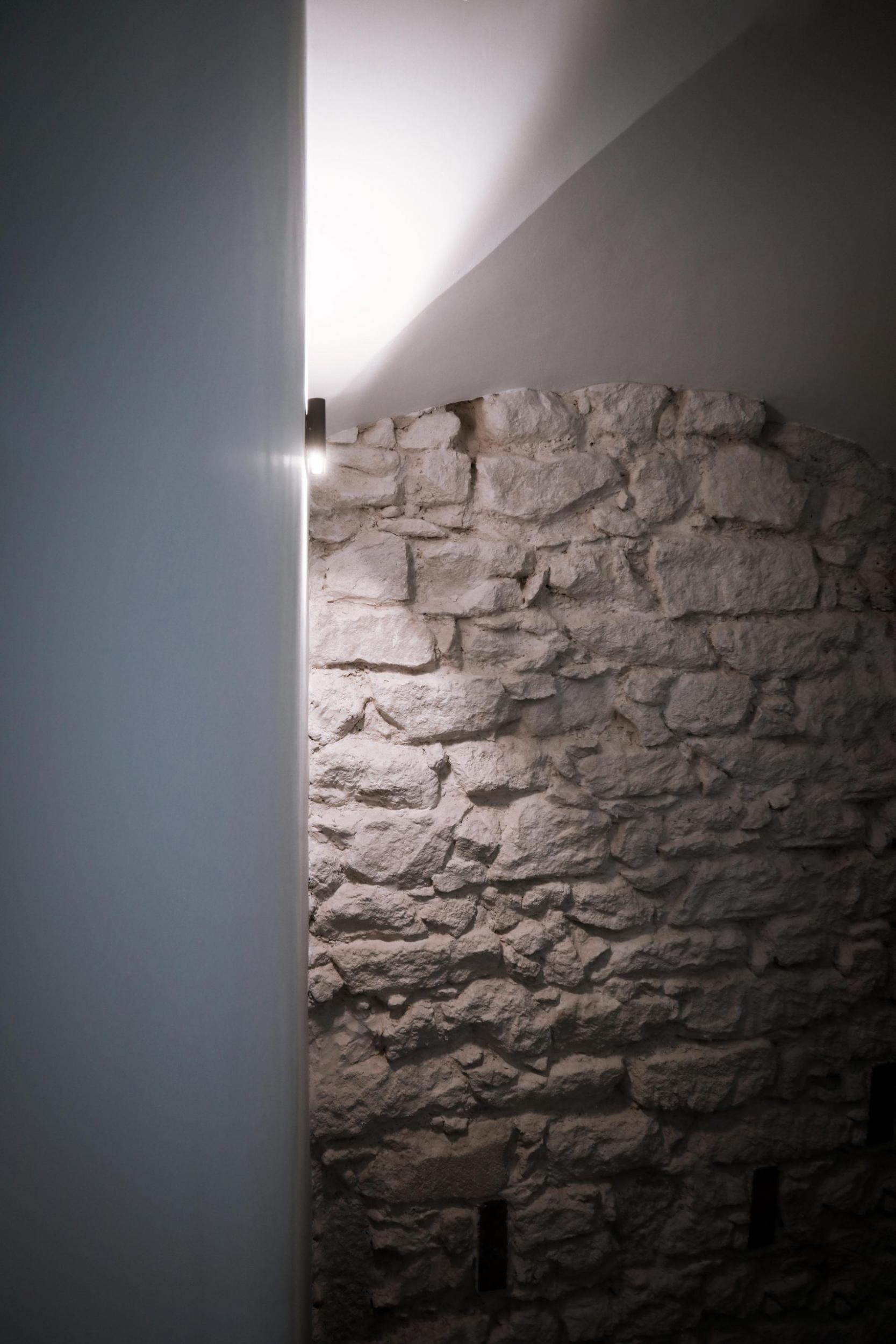 Luminaria y muro de piedra de Labradores 24. Zonas comunes.