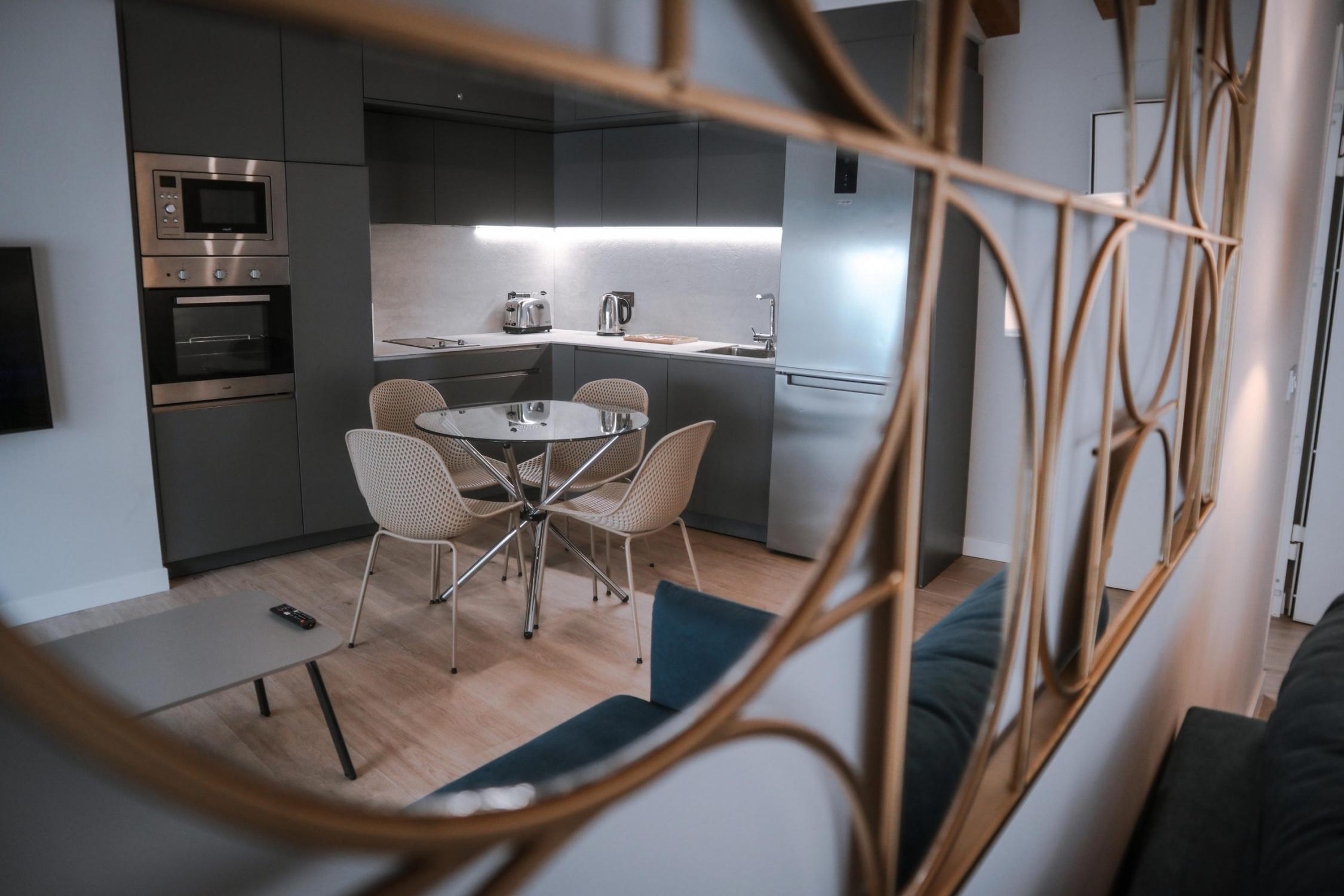 Interior de vivienda de labradores 24, Alicante. Salón y cocina integrada.