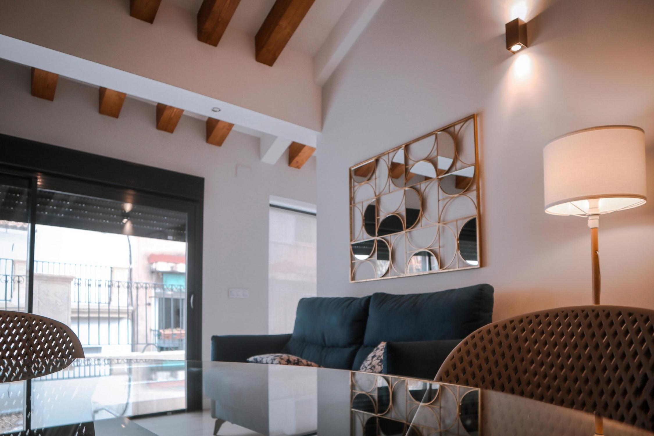 Interior de vivienda de Labradores 24, Alicante. Salón del ático con vistas a la terraza