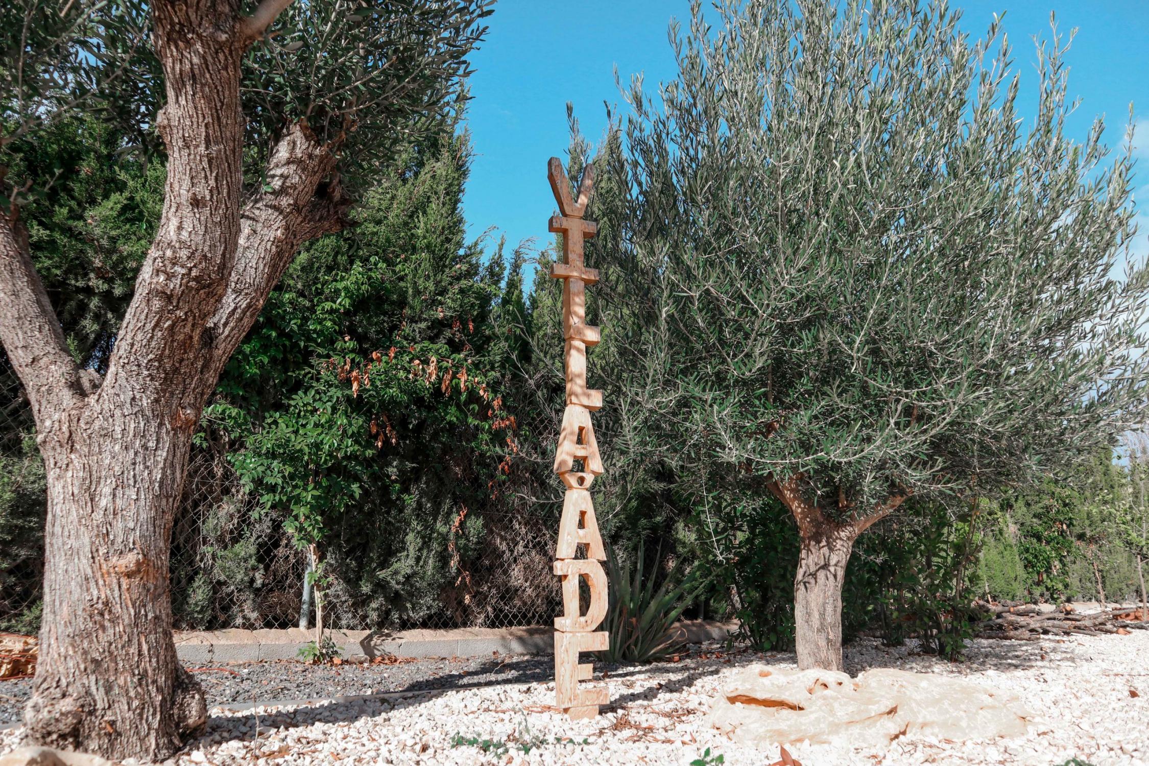 Letras apiladas de madera de jardín y decoración, arquitectura unifamiliar.