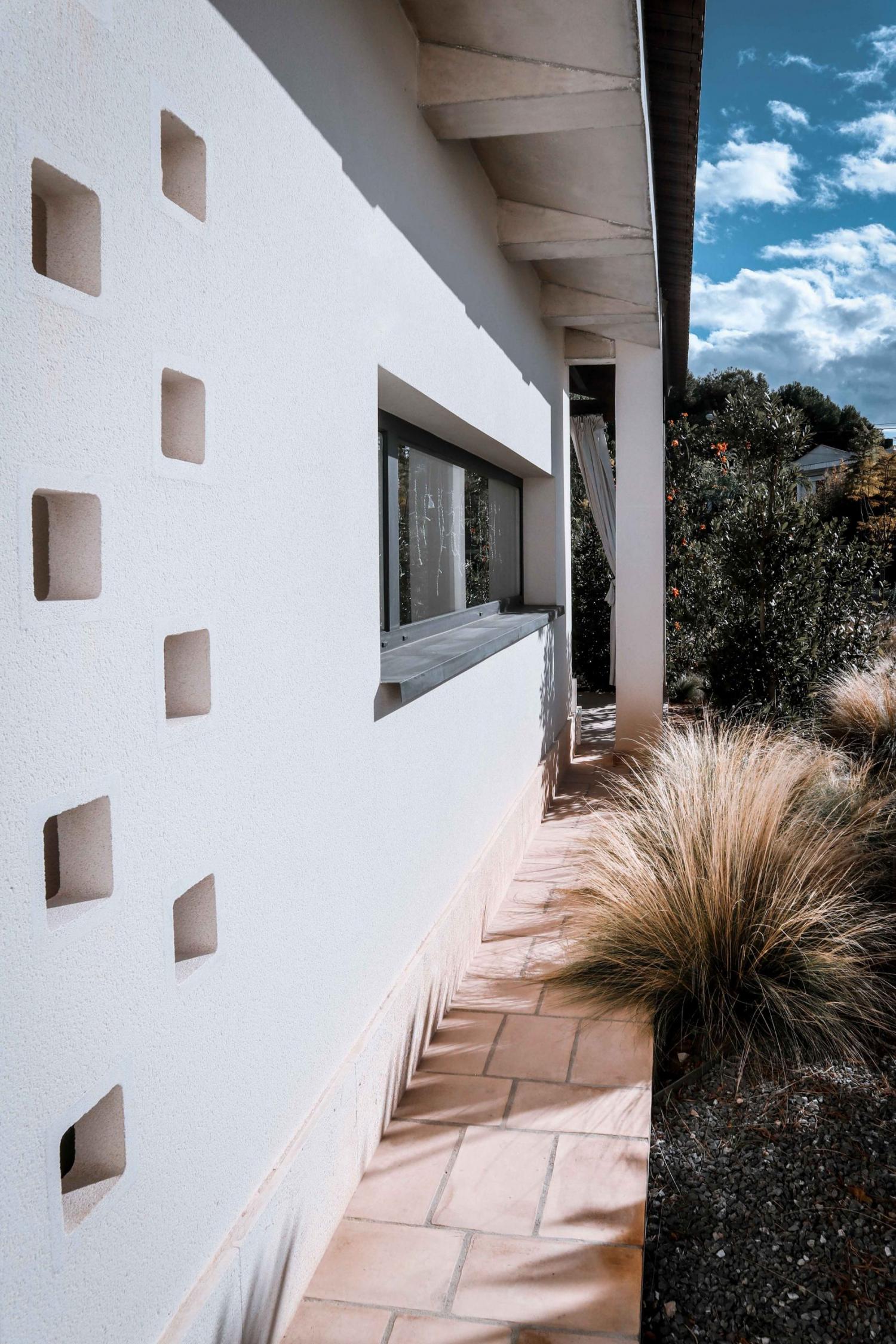 Ventana de cocina y jardín en arquitectura unifamiliar