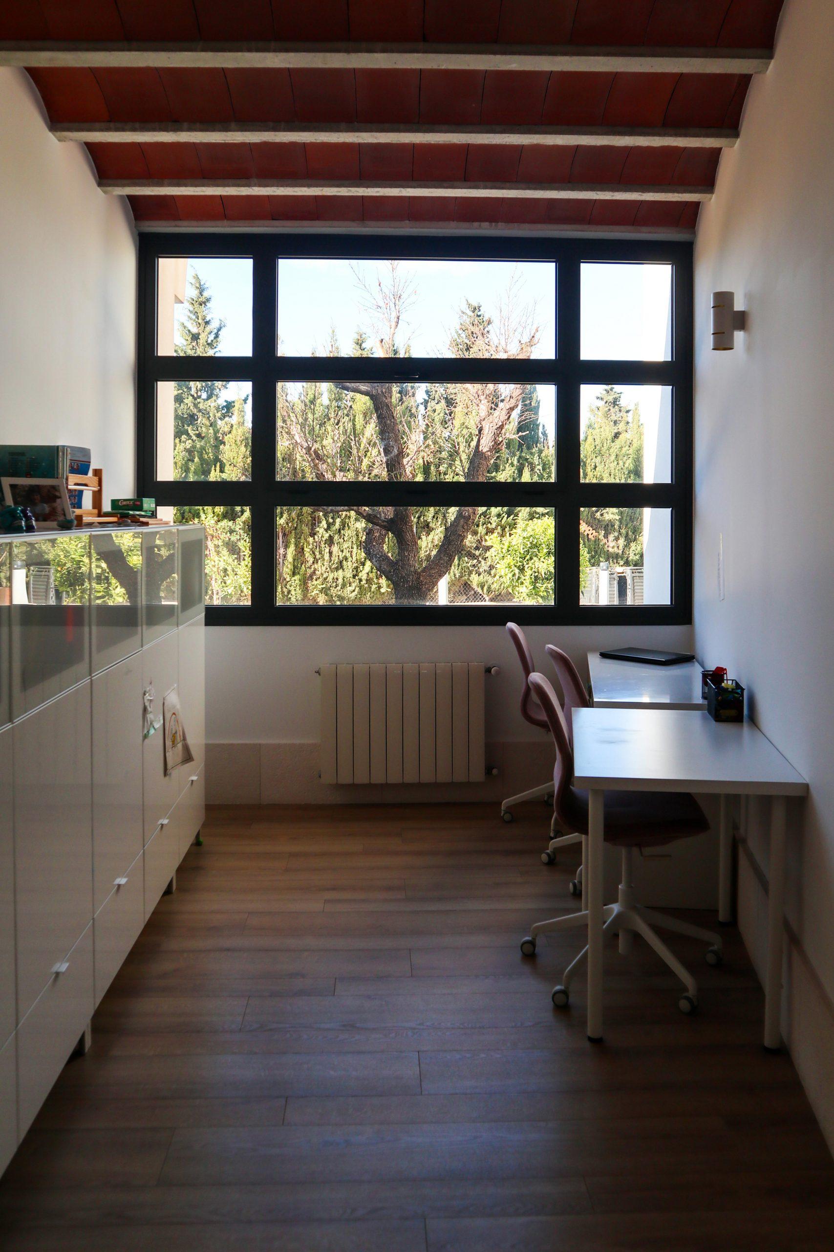 Interior habitación con techo de bovedillas cerámicas y mesa escritorio de estudio