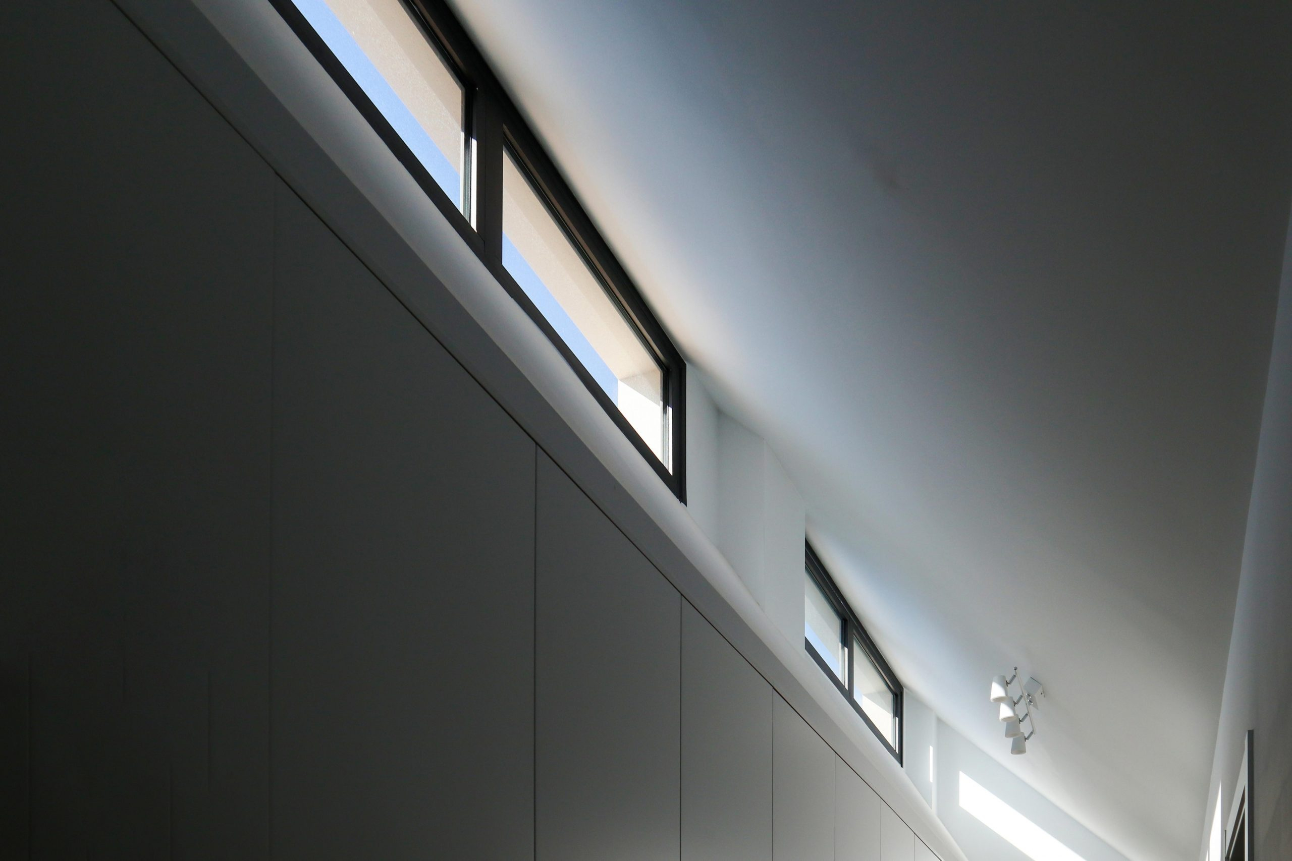 Ventana de aluminio sobre armario para arquitectura unifamiliar