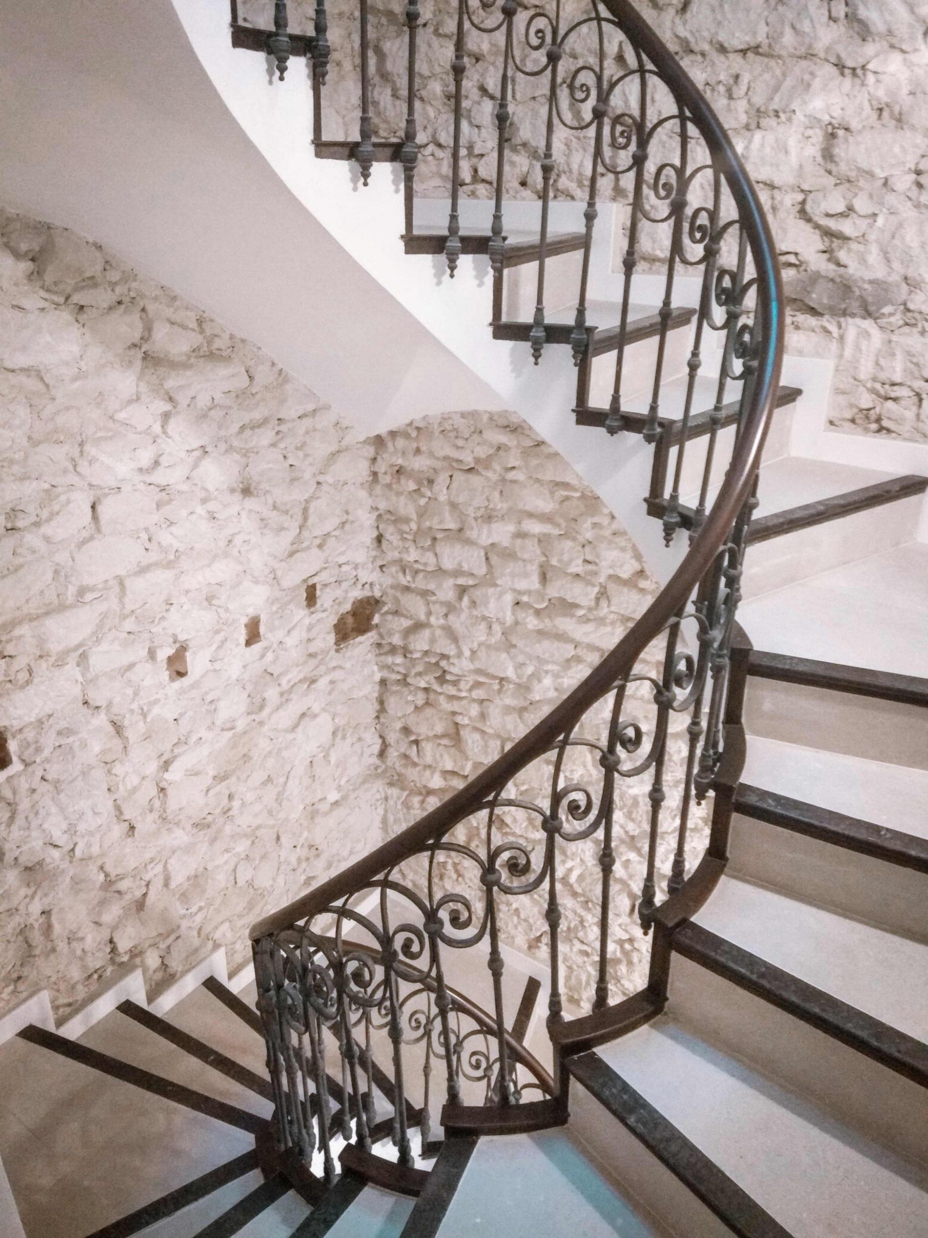 Escalera helicoidal vista lateralmente de Labradores 24; destaca el muro de mampostería