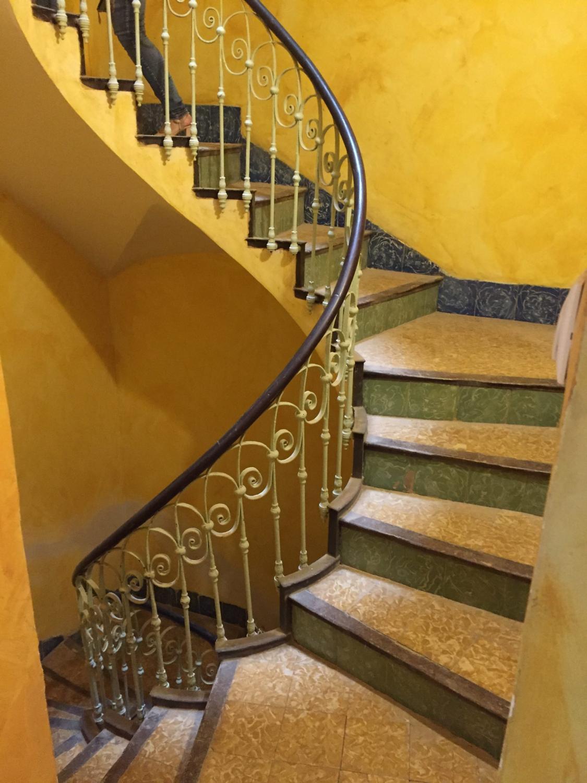 Escalera helicoidal vista lateralmente antes de la restauración de Labradores 24, Alicante.