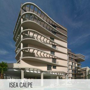Proyectos de arquitectura. Estructura vista de hormigón armado en la fachada trasera de la Promoción residencial ISEA Calpe