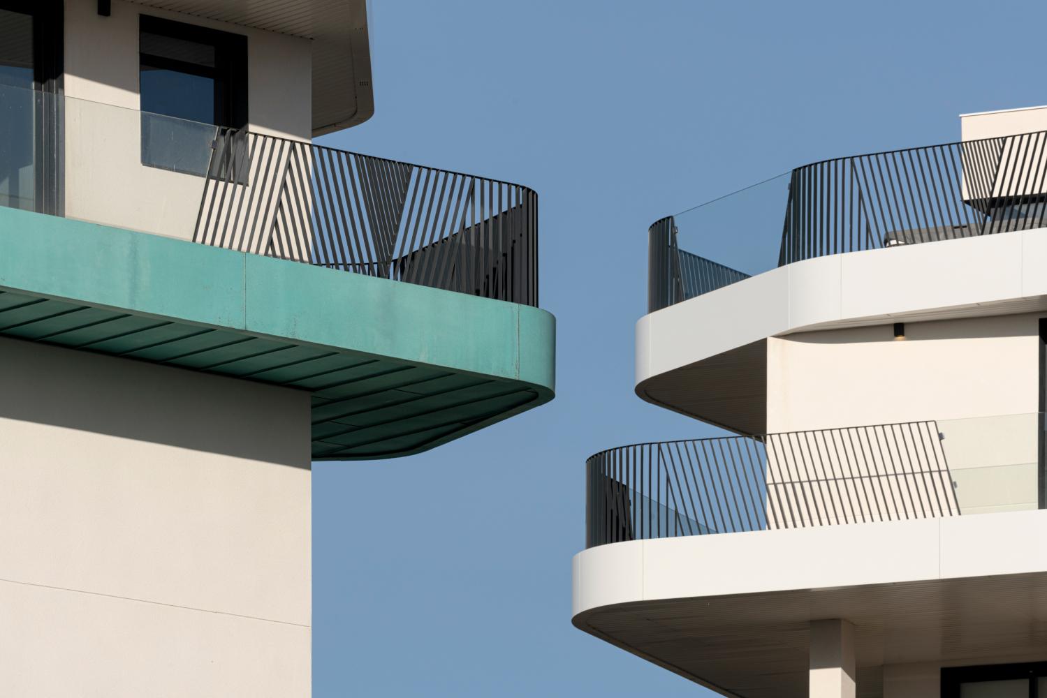 Detalles de las terrazas de Allonbay Village. Destaca el canto de cobre azul turquesa.