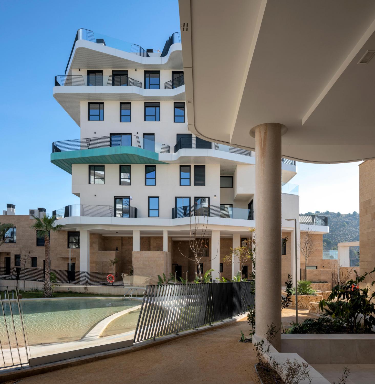 Interior urbanización Allonbay Village con vista lateral a las terrazas y a la piscina de tipo playa
