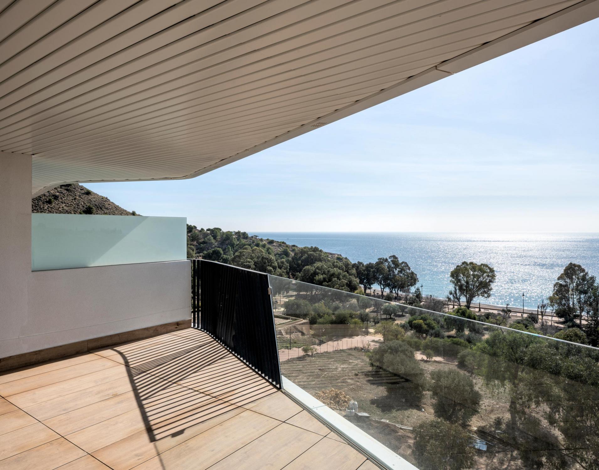 Terraza de Allonbay Village con visuales hacia el mar Mediterráneo y Torre de Hércules, Villajoyosa.