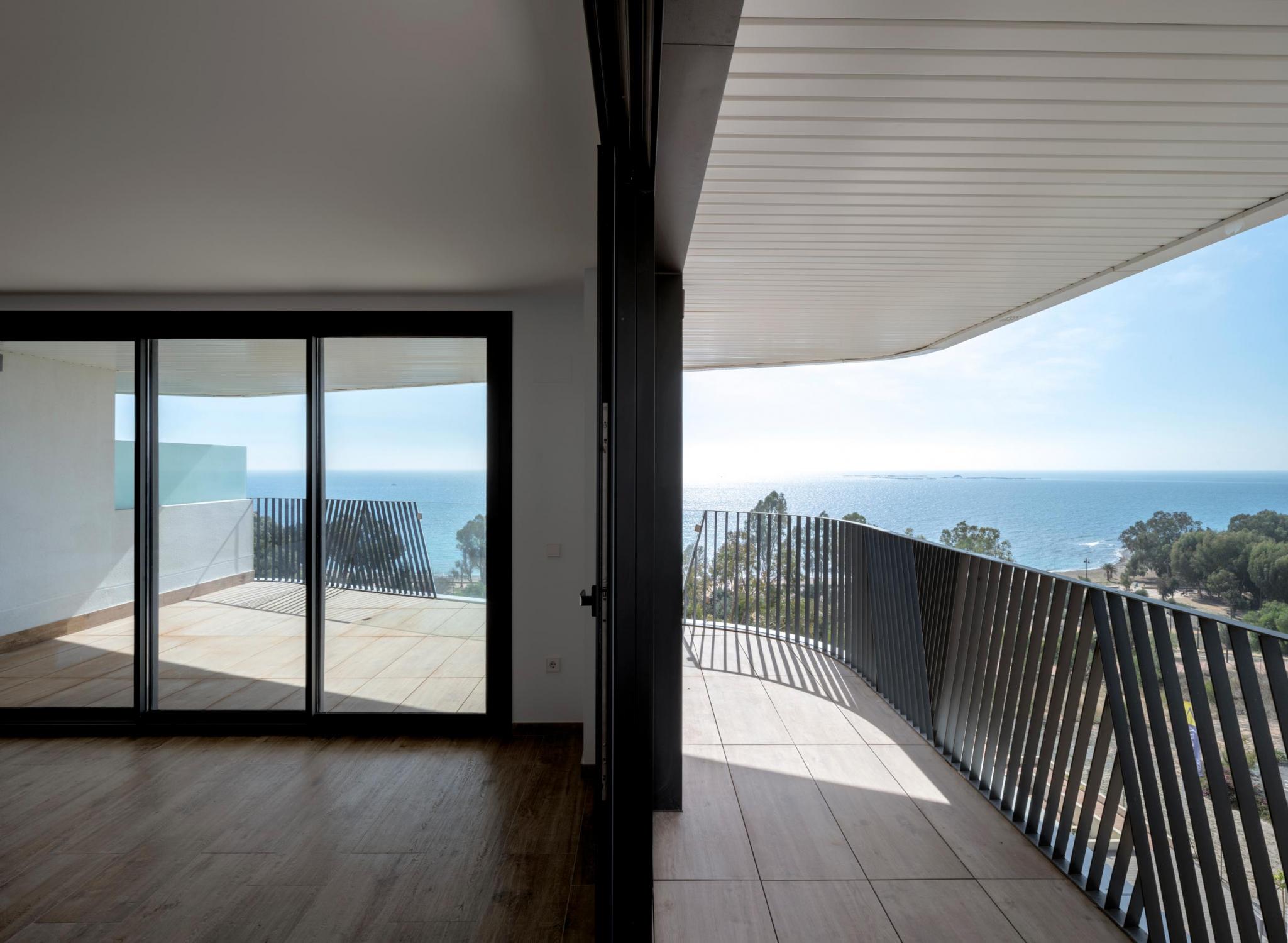 Interior y terraza de vivienda Allonbay Village con visuales hacia el mar Mediterráneo