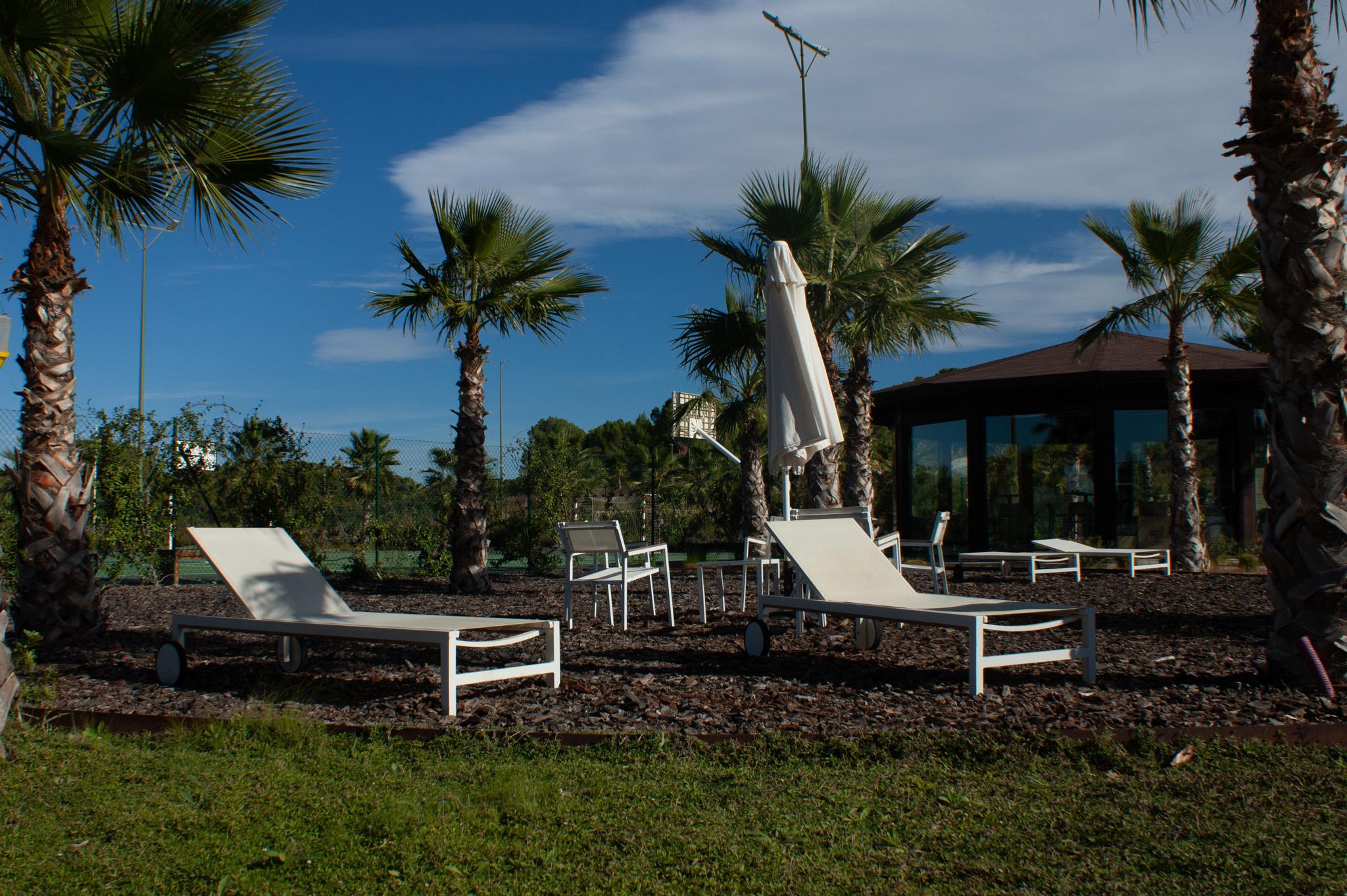 Zona de hamacas junto al punto de control en la zonas deportiva de Las Colinas Golf & Country Club