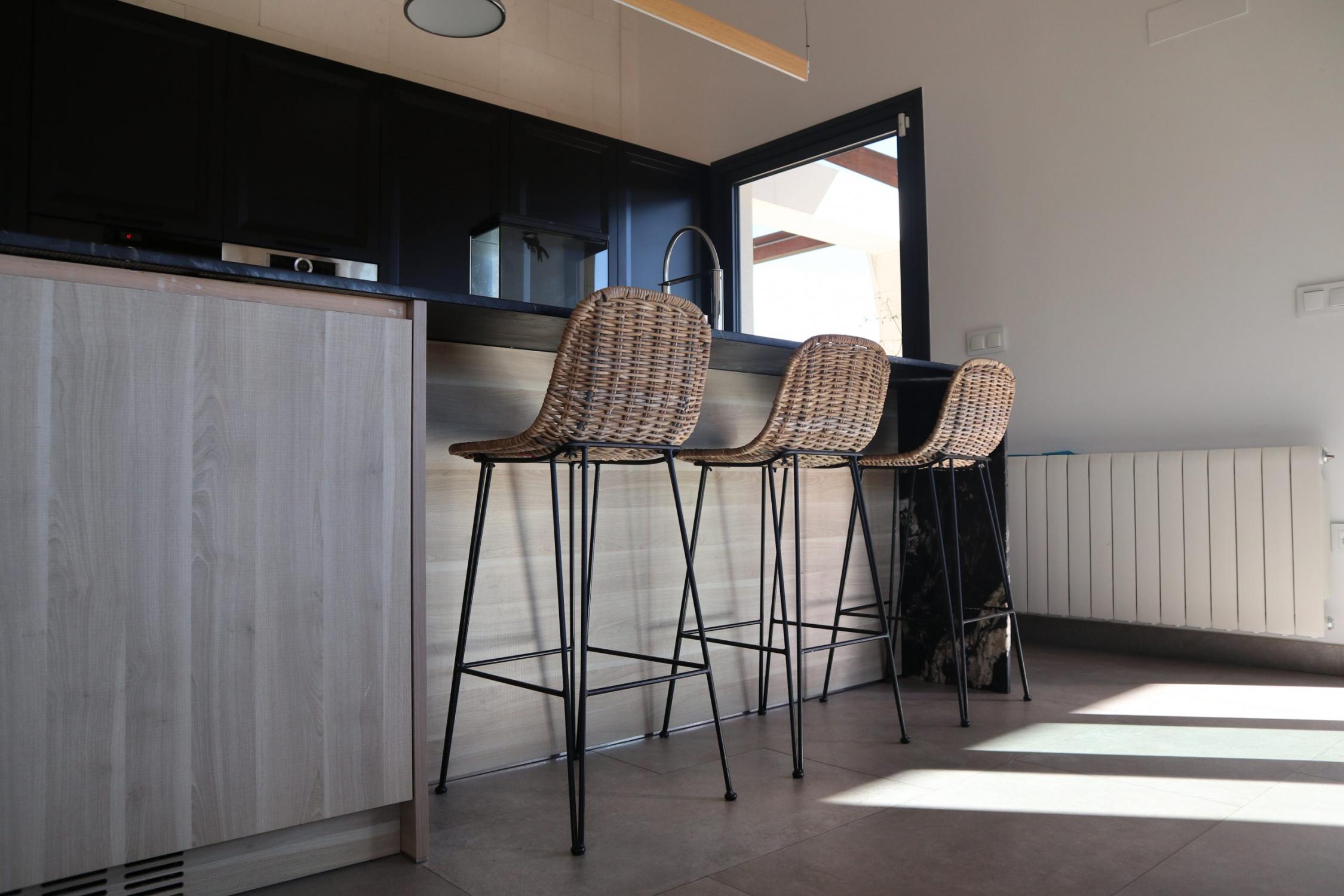 Taburete alto de ratán para cocina, arquitectura unifamiliar.