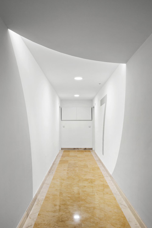 Pasillo en Residencial Nature. Destaca el juego de luces y la combinación de tonos blancos / grises