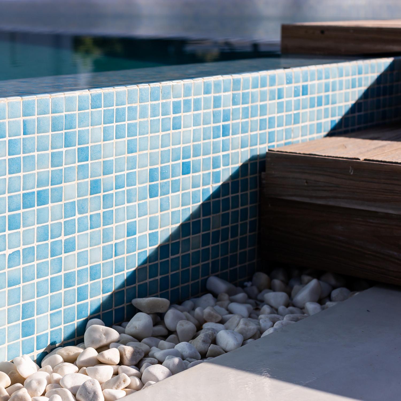 Detalles de los gresites azules de la piscina del Residencial Nature.