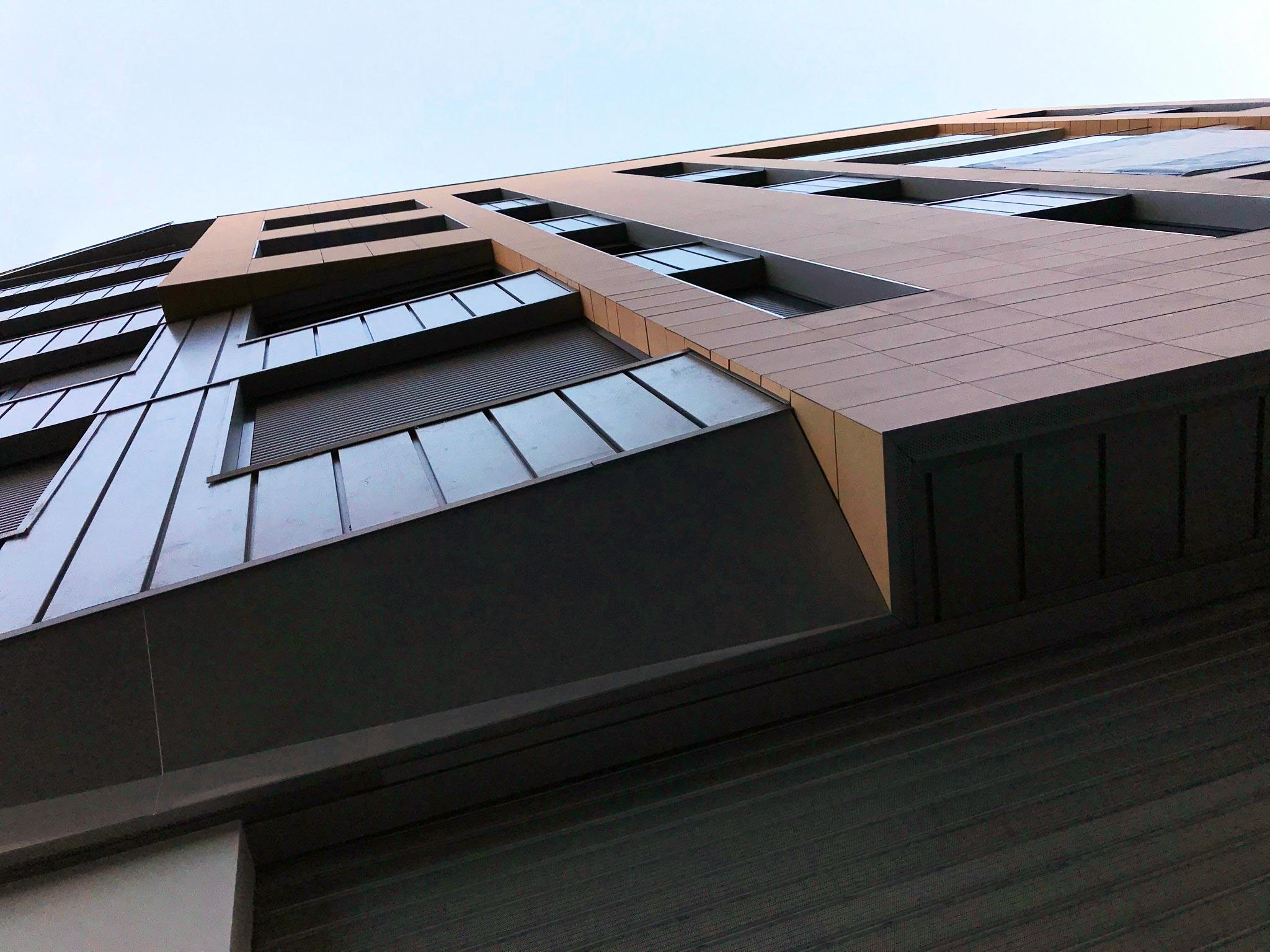 Fotografía contrapicada de la fachada del Edificio Pintor Lorenzo Casanova. Destaca la inclinación de la fachada que queda orientada hacia la Plaza Séneca.