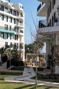 Interior de urbanización y jardín residencial